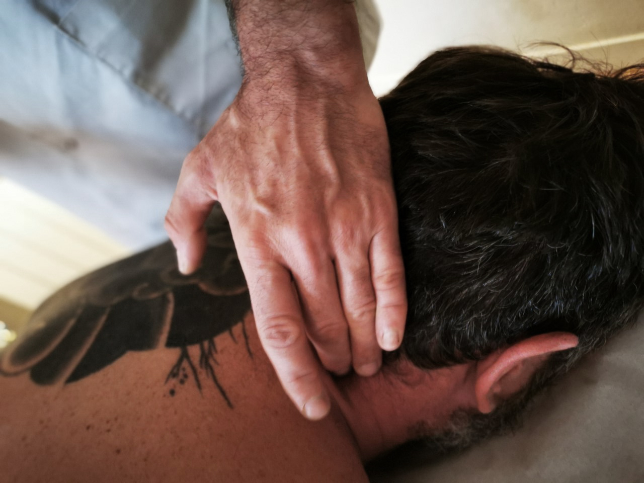 Chiropracteur en train de manipuler un patient